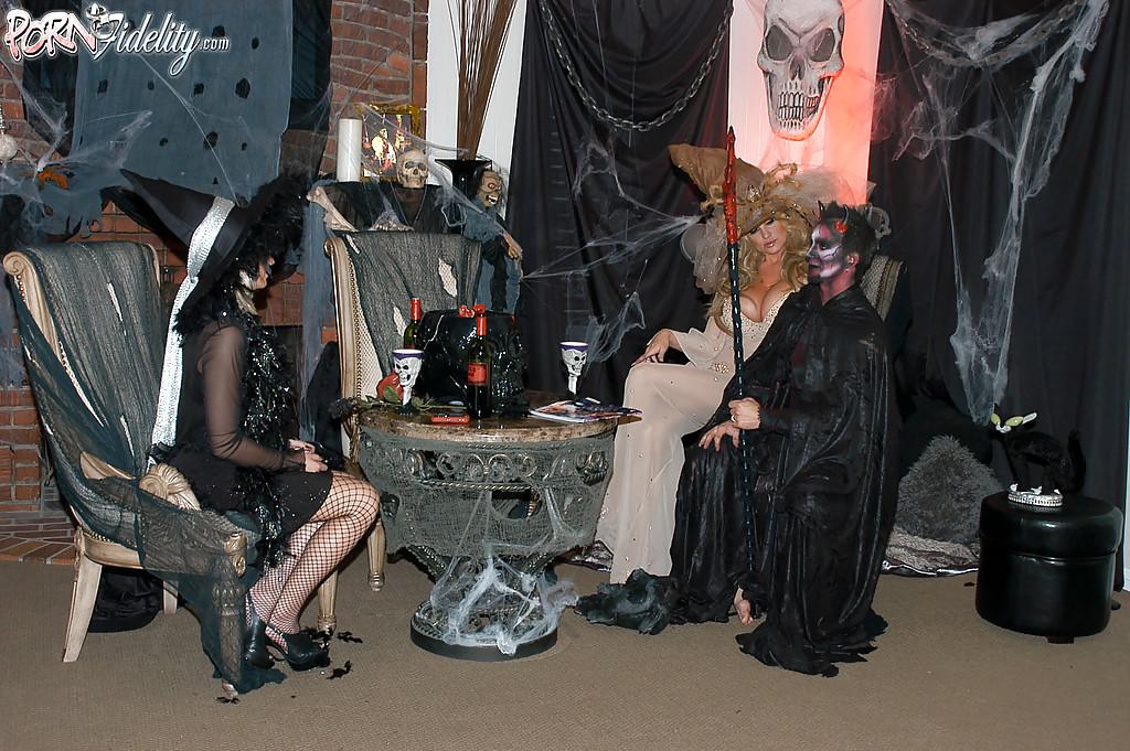 Секс втроем с двумя зрелыми ведьмочками во время Хеллоуина 6 фото