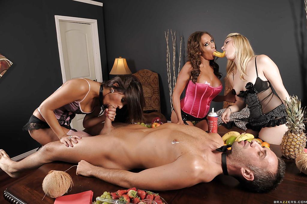 Горячая брюнетка сосёт большой член и трахается с парнем при своих подругах 5 фото
