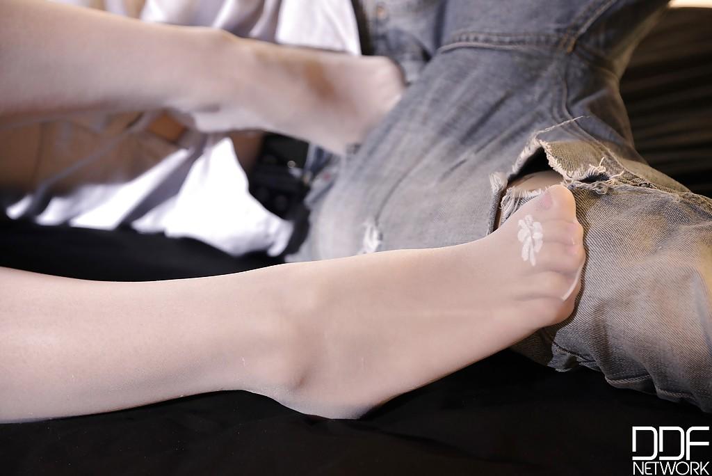 Худенькая деваха дрочит ногами возбужденному хахалю 4 фото