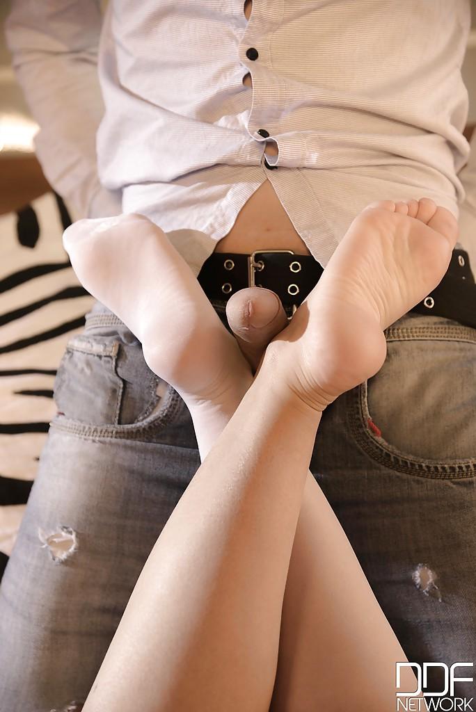 Худенькая деваха дрочит ногами возбужденному хахалю 6 фото