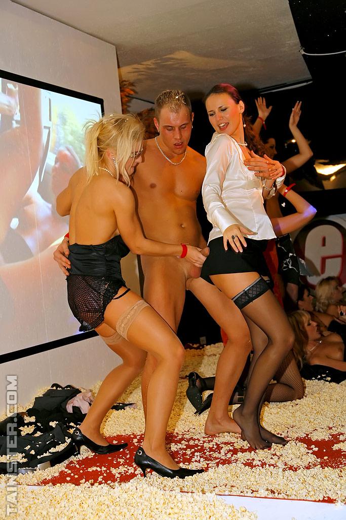 Пьяная оргия европейцев в ночном клубе 4 фото