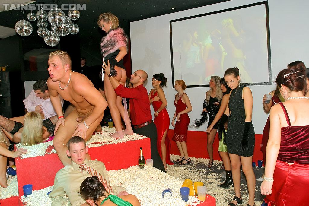 Пьяная оргия европейцев в ночном клубе 12 фото