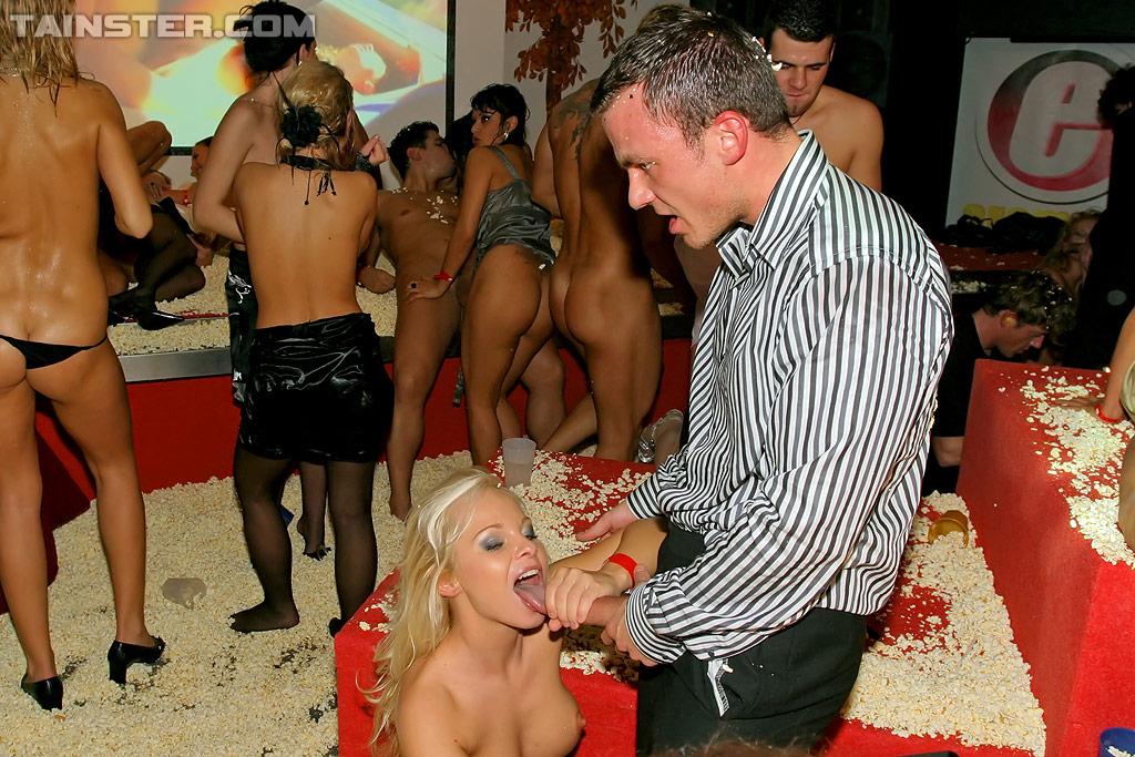 Пьяная оргия европейцев в ночном клубе 14 фото