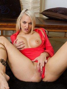 Блондинка Maci Lee задрала красную рубашку и раскрыла киску