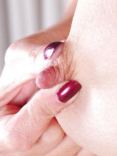 Кучерявая брюнетка ласкает пальчиками киску