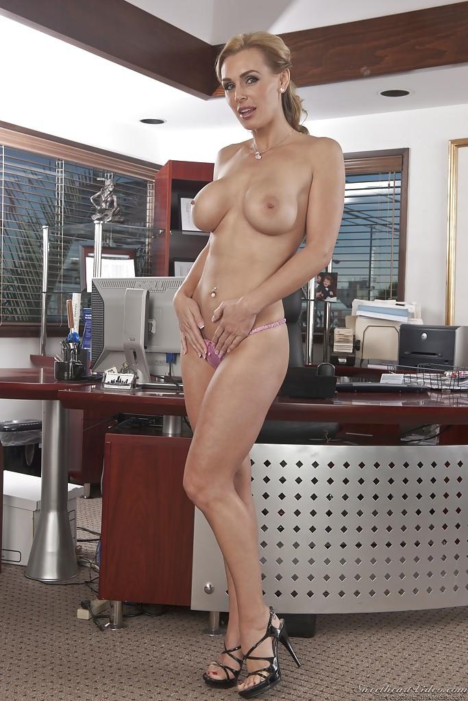 Бизнес-леди голышом и в туфлях показывает силиконовую грудь 5 фото