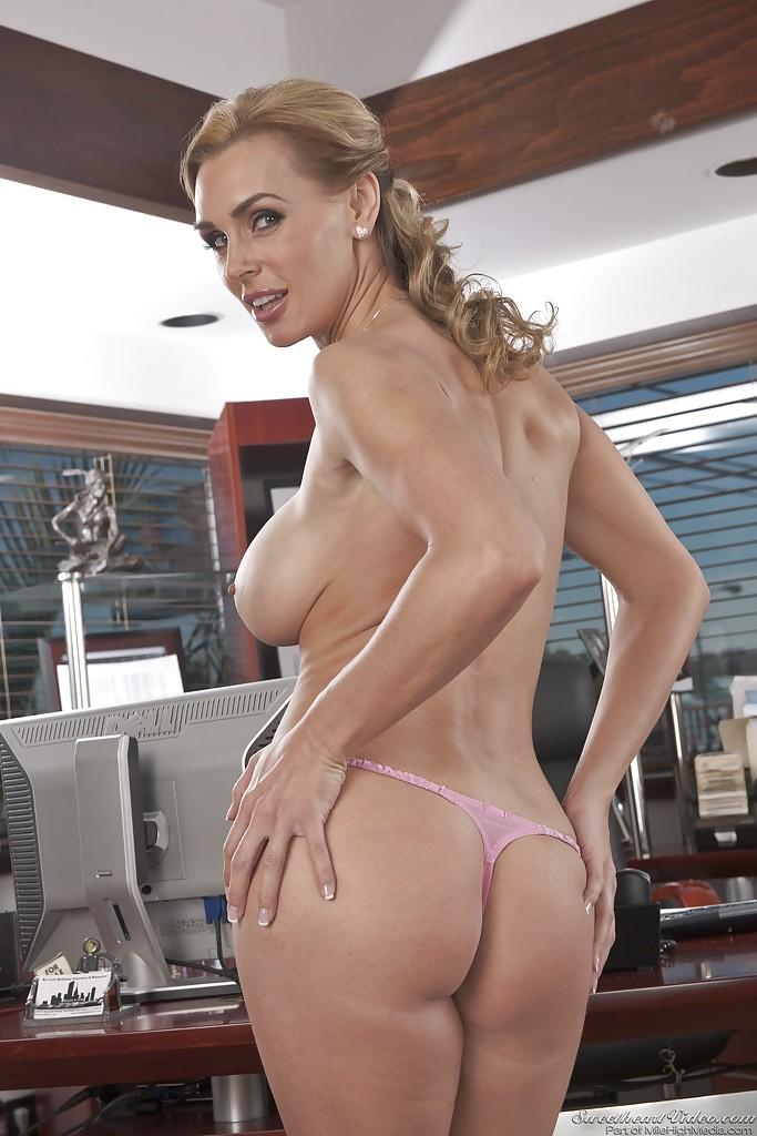 Бизнес-леди голышом и в туфлях показывает силиконовую грудь 6 фото