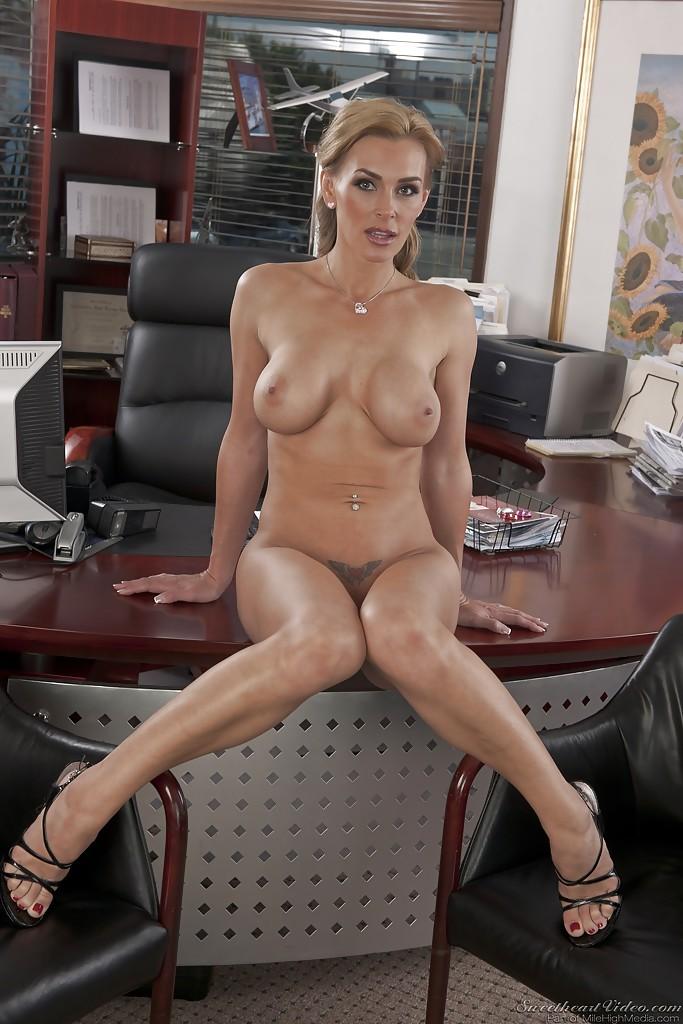 Бизнес-леди голышом и в туфлях показывает силиконовую грудь 9 фото