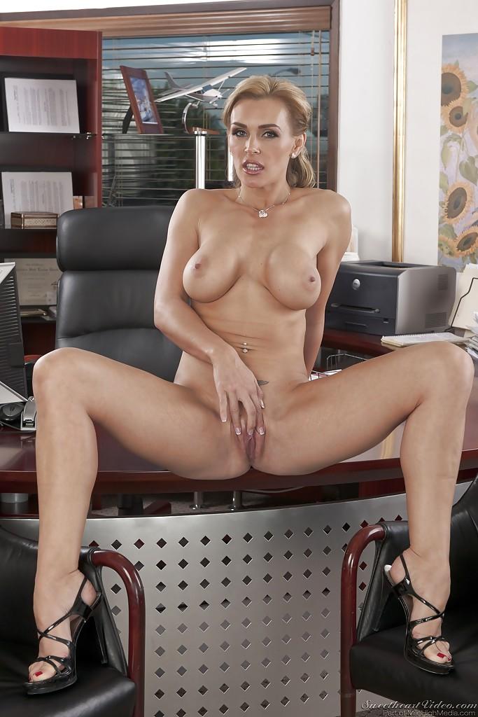 Бизнес-леди голышом и в туфлях показывает силиконовую грудь 10 фото