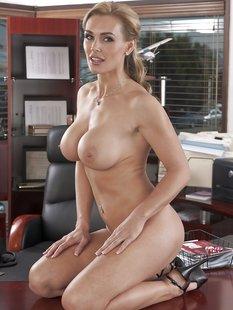 Бизнес-леди голышом и в туфлях показывает силиконовую грудь