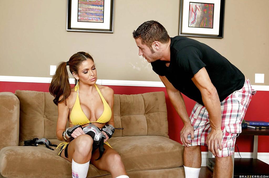 Спортивная мамочка трахается с парнем раком на диване 2 фото