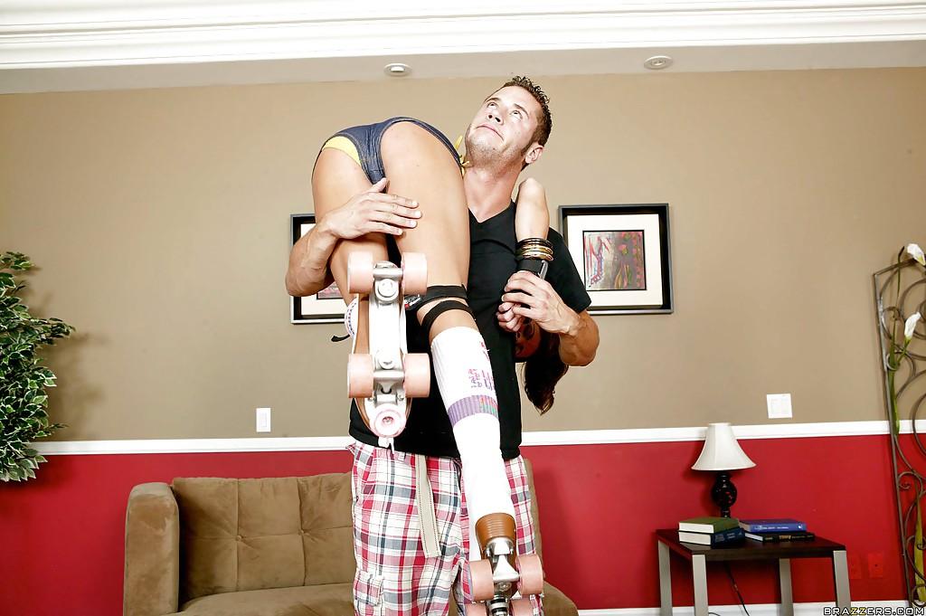 Спортивная мамочка трахается с парнем раком на диване 4 фото