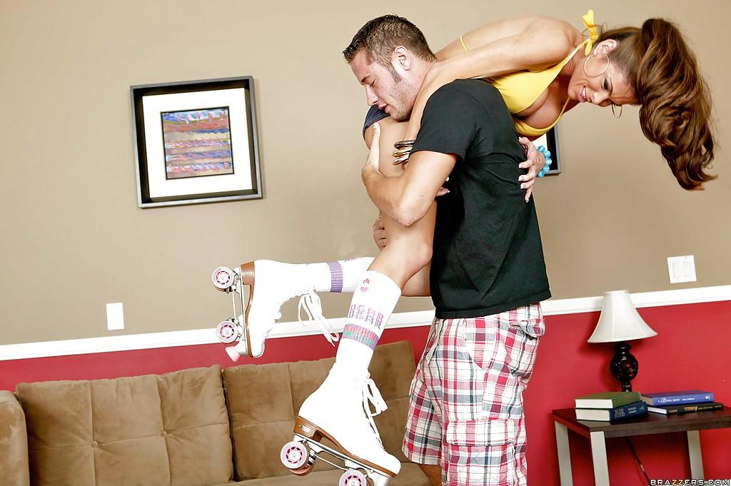 Спортивная мамочка трахается с парнем раком на диване 7 фото