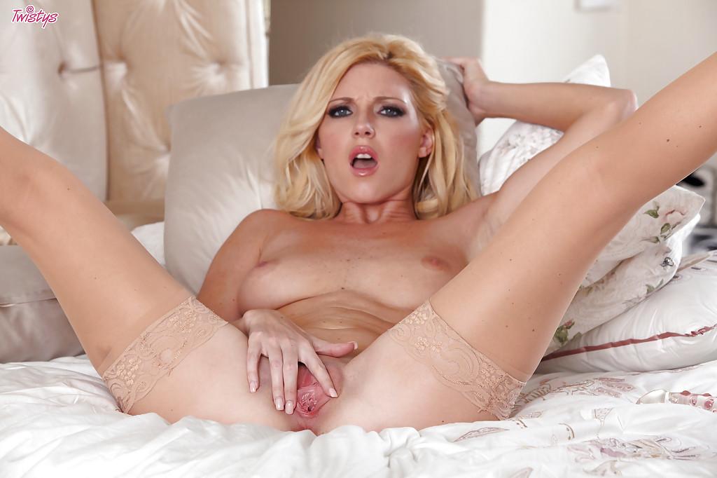 Гламурная блондинка в чулках теребит сочную киску 9 фото