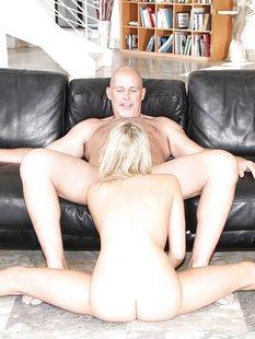 Старый мужик отодрал Миу Малкову на кожаном диване и кончил в рот