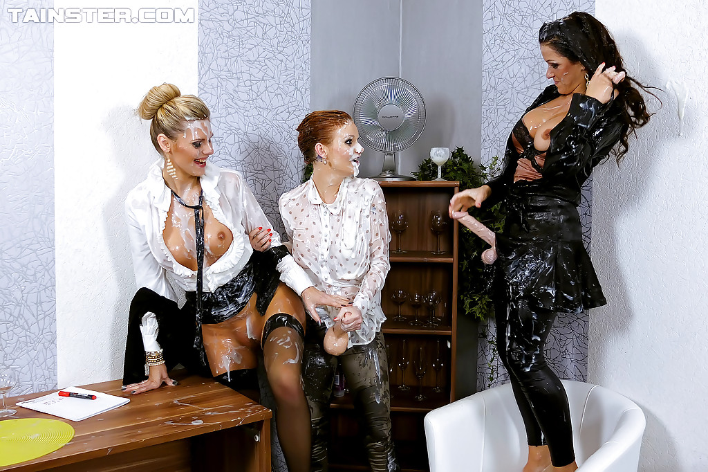 Три красивые девки в одежде трахают друг друга страпоном 10 фото
