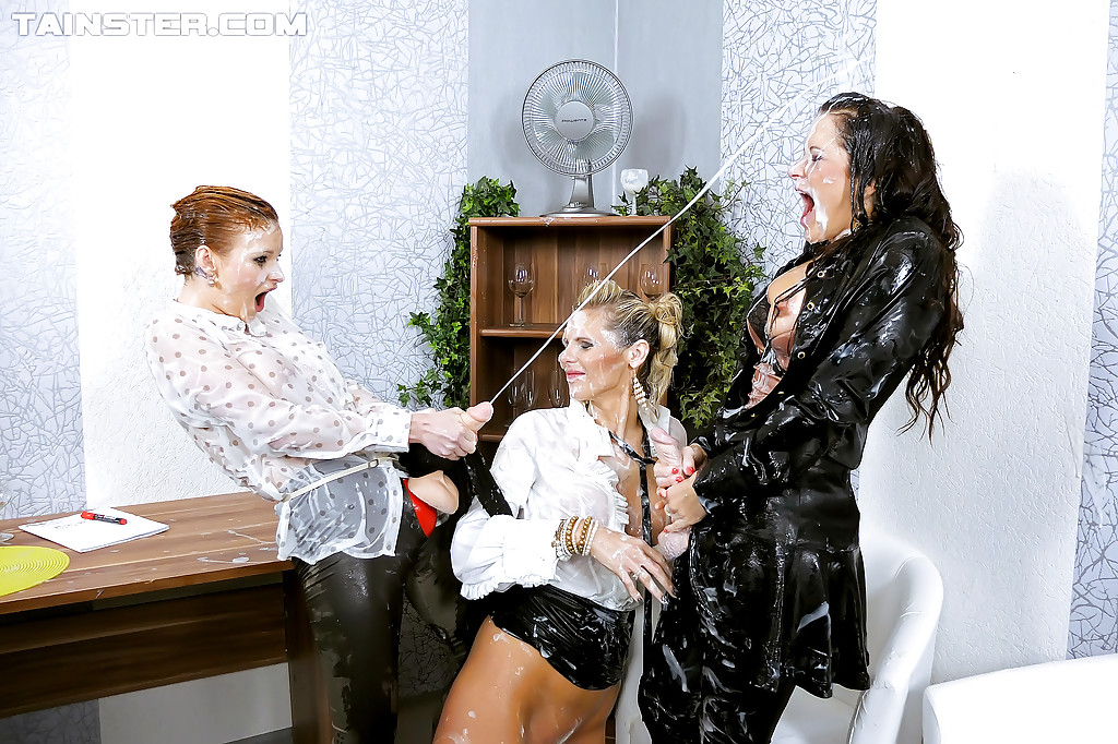 Три красивые девки в одежде трахают друг друга страпоном 12 фото