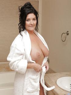 Полноватая милфа с большими дойками сняла халат и забралась в ванную