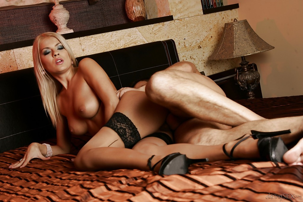Мужик дерет киску блондинки Jasmine Rouge на тумбе и кровати 7 фото