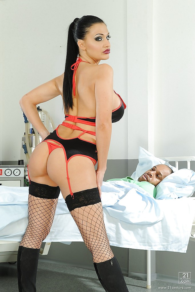 Сексуальная докторша с большими сиськами заводит больного пациента 6 фото