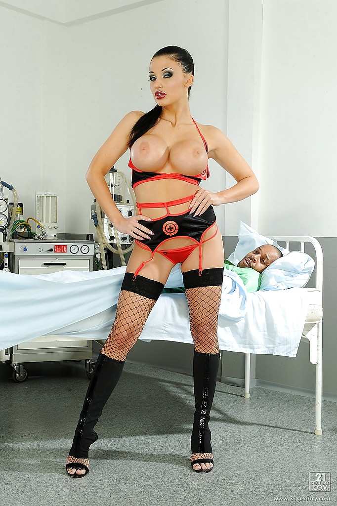 Сексуальная докторша с большими сиськами заводит больного пациента 9 фото
