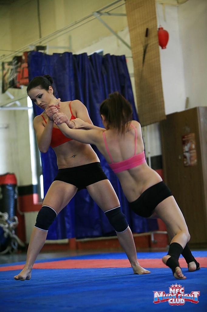 Спортивные лесбиянки борются на ринге и раздеваются 3 фото