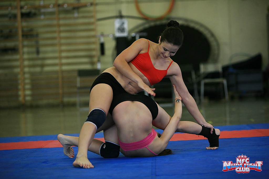 Спортивные лесбиянки борются на ринге и раздеваются 4 фото