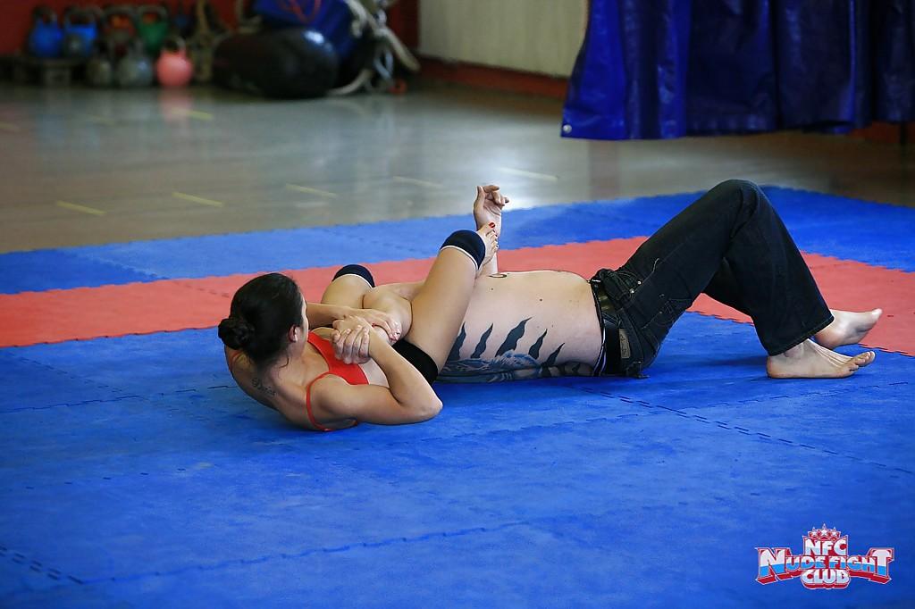 Спортивные лесбиянки борются на ринге и раздеваются 8 фото