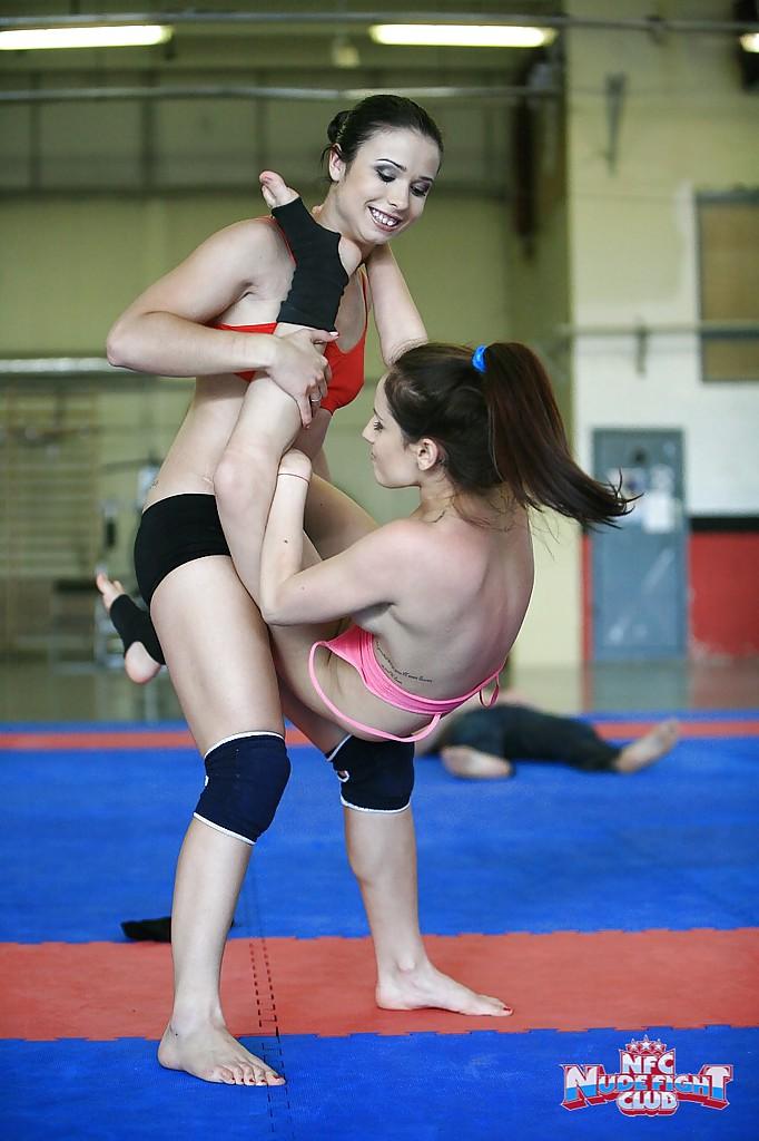 Спортивные лесбиянки борются на ринге и раздеваются 11 фото