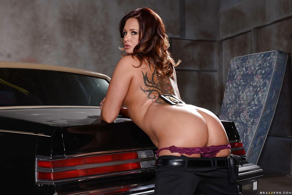 Полицейская милфа позирует голая на багажнике машины 6 фото