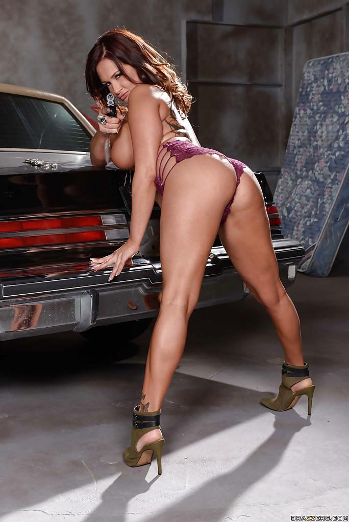 Полицейская милфа позирует голая на багажнике машины 7 фото