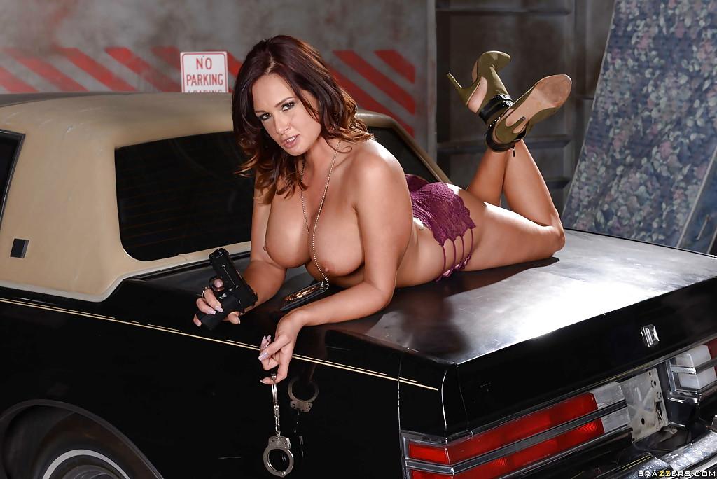 Полицейская милфа позирует голая на багажнике машины 9 фото