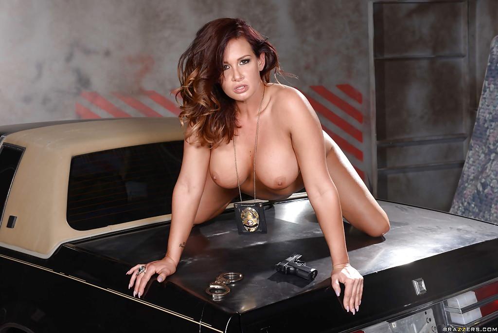 Полицейская милфа позирует голая на багажнике машины 16 фото