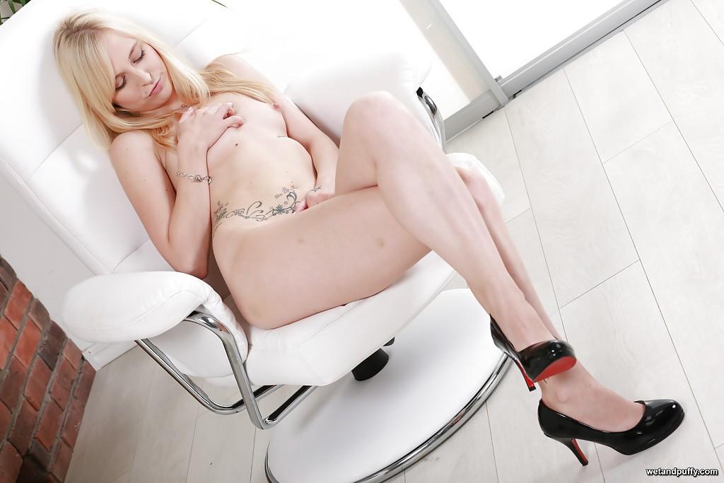 Блондинка на каблуках трахает влажную писю секс игрушкой 16 фото