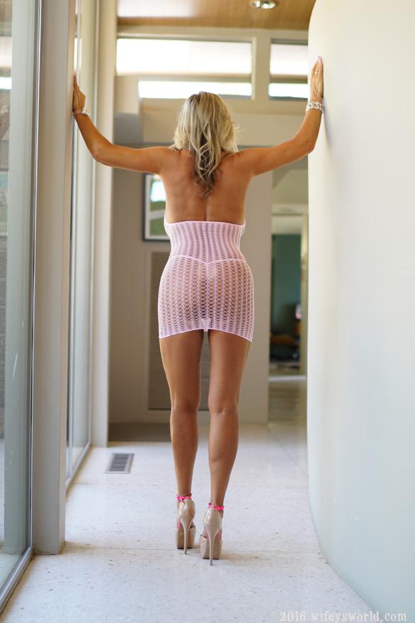 Белокурая домохозяйка гордится огромными силиконовыми дойками 1 фото