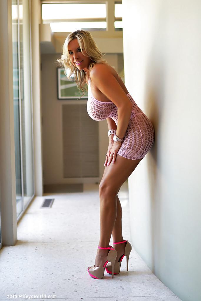 Белокурая домохозяйка гордится огромными силиконовыми дойками 2 фото