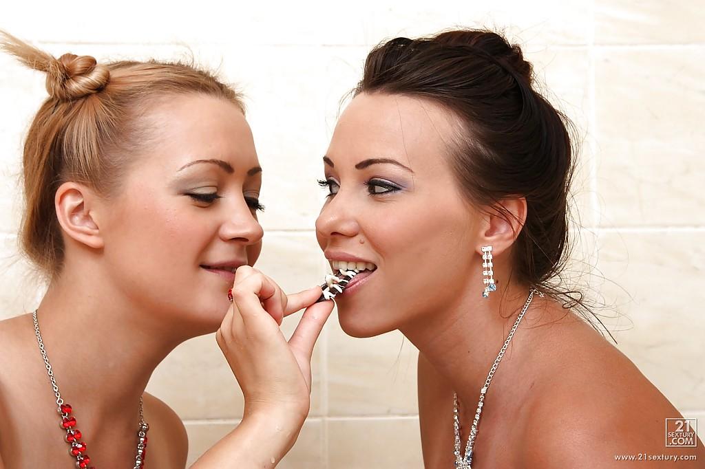 Две лесбиянки развлекаются в ванной с секс игрушками 2 фото