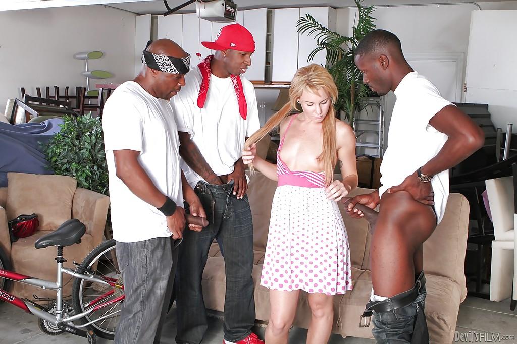 Молодая американка сосет большие черные члены в Гетто 1 фото