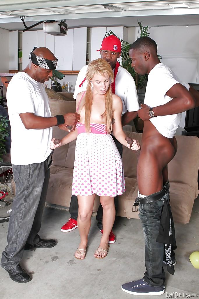 Молодая американка сосет большие черные члены в Гетто 2 фото