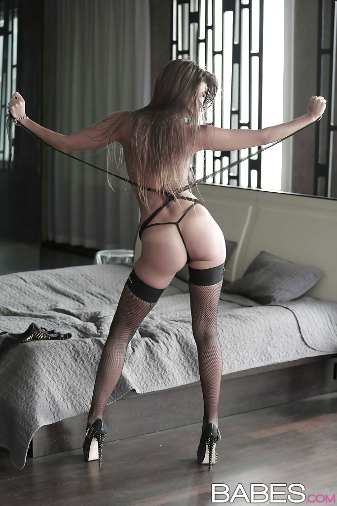 Мария Рябушкина в чулках показывает обе дырки между ног 10 фото
