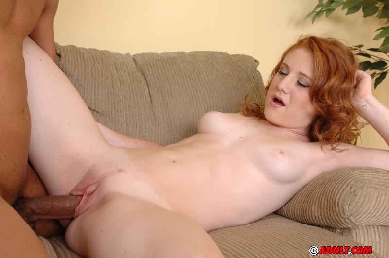 Рыжая скромница отдалась похотливому негру на мягком диване 6 фото