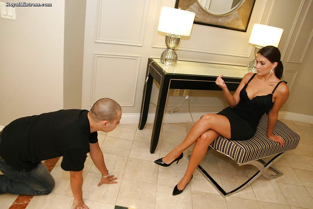 Фетишист лижет ступни ног стервозной брюнетки 1 фото