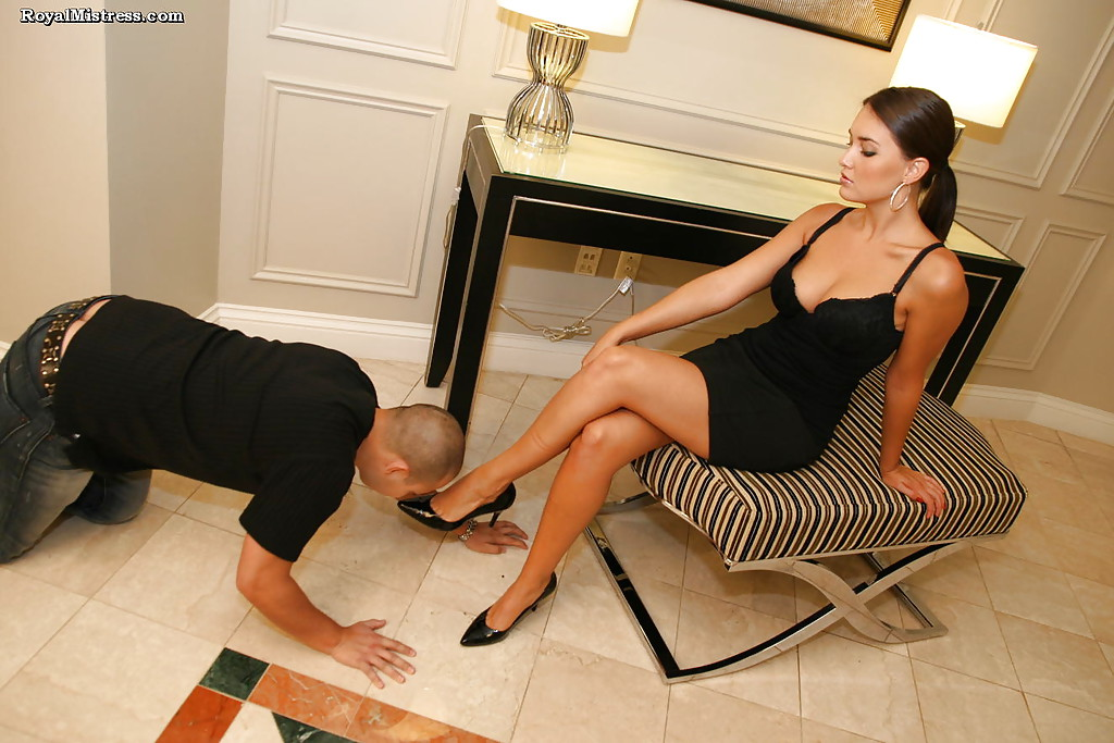 Фетишист лижет ступни ног стервозной брюнетки 2 фото