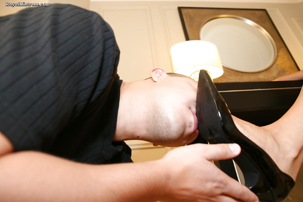 Фетишист лижет ступни ног стервозной брюнетки 4 фото