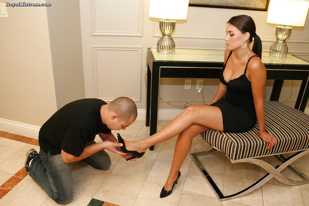 Фетишист лижет ступни ног стервозной брюнетки 8 фото
