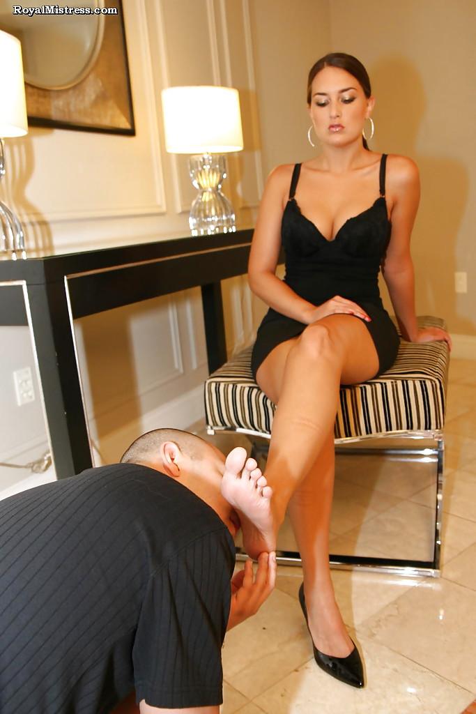 Фетишист лижет ступни ног стервозной брюнетки 9 фото