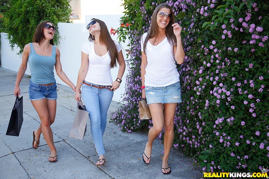 Три красивые лесбиянки порванных колготках делают друг другу куни 1 фото