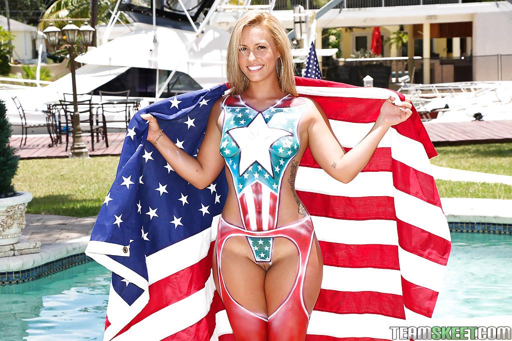 Разукрашенная американка с большой попой позирует у бассейна 5 фото