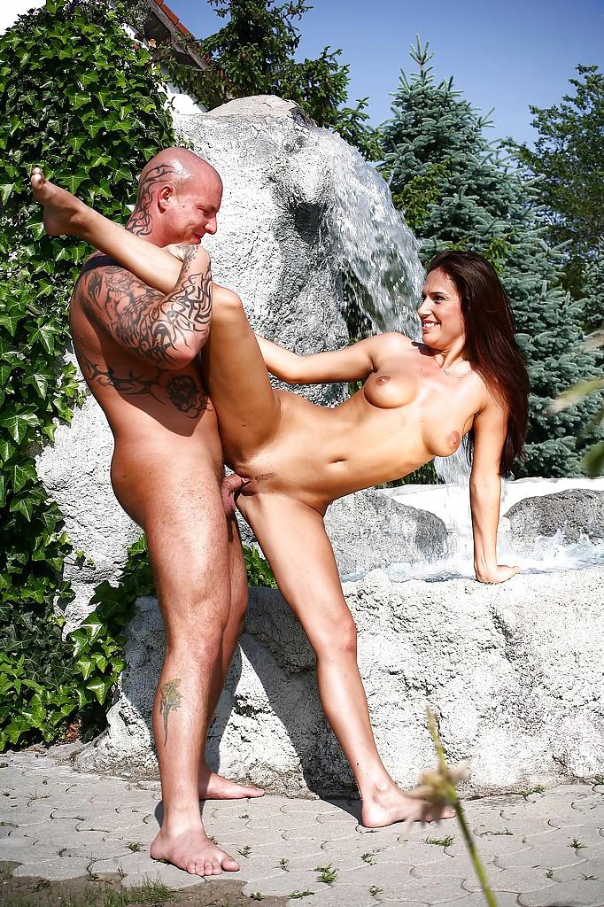 Две девушки сосут член у лысого парня возле водопада 12 фото