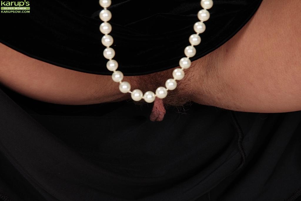 Зрелая женщина в чёрном платье раздевается у камина 7 фото